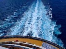 从船的足迹在海洋 库存图片