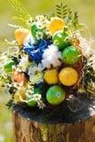 从色的鸡蛋的复活节花束 库存照片