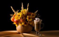从花、水果和蔬菜,杯子的秋天构成热奶咖啡用在米黄丝织物的蛋白软糖 免版税库存图片