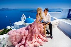 从英俊的人的可爱的年轻夫妇美丽的妇女与美丽相关 免版税图库摄影
