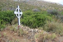 从英国公墓的道路的看法 与雨的剧烈的天空在奥尔比亚 Cala moresca,戈尔福阿兰奇,撒丁岛 免版税库存图片