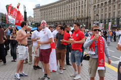 从英国的足球迷获得乐趣 免版税库存图片