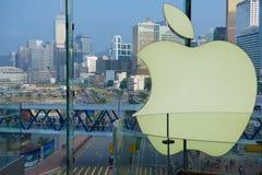 从苹果零售店的里面的看法通过玻璃窗向香港,中国中部区  免版税库存图片