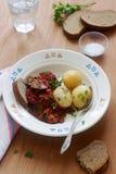 从茄子的开胃菜在胡椒和蕃茄调味汁,供食用煮的土豆 土气样式,选择聚焦 图库摄影