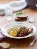 从茄子的开胃菜在胡椒和蕃茄调味汁,供食用煮的土豆 土气样式,选择聚焦 库存照片
