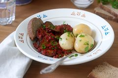 从茄子的开胃菜在胡椒和蕃茄调味汁,供食用煮的土豆 土气样式,选择聚焦 库存图片