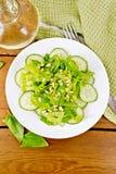从菠菜和黄瓜的沙拉与在上面上的松子 免版税库存图片