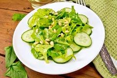 从菠菜和黄瓜的沙拉与在桌上的叉子 图库摄影