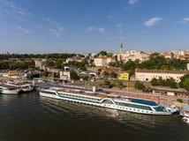 从萨瓦河的贝尔格莱德都市风景 免版税库存照片