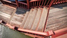 从葡萄酒木板条走道和楼梯上面的看法在运河 库存照片