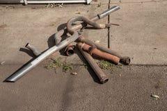 从葡萄酒汽车的老,肮脏的生锈的排气管 免版税库存图片