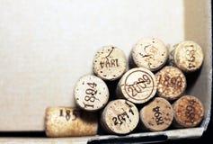 从葡萄酒红葡萄酒和描述不同的日期和岁月酒maki的葡萄酒白葡萄酒各种各样的品种的使用的酒黄柏  免版税图库摄影