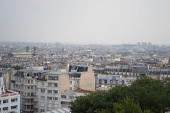从蒙马特的巴黎地平线,朦胧的天 免版税库存照片