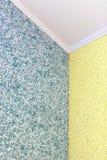 从蓝色的质量转折与在屋子的角落的黄色液体墙纸 库存图片
