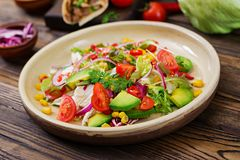 从蕃茄、鲕梨、玉米、红洋葱和莴苣叶子的开胃素食主义者沙拉 库存图片