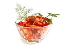 从蕃茄和辣椒粉的沙拉在一个玻璃碗 图库摄影