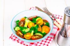 从蕃茄和黄瓜的饮食沙拉 免版税库存照片