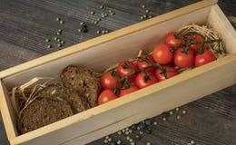从蕃茄的构成 在一张木桌上的新鲜的西红柿用香料 与拷贝的顶视图 季节庭院 收获 免版税图库摄影
