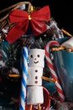 从蛋白软糖的雪人 新年雪人 一张欢乐桌  库存图片
