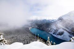 从蜂箱远足的路易丝湖在冬天 库存照片