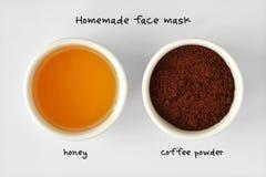从蜂蜜和咖啡粉末做的自创面罩 免版税库存照片