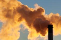 从行业烟囱的含毒物云彩 库存照片