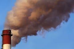 从行业烟囱的含毒物云彩 免版税库存照片