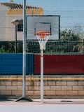 从街道公园的篮球篮子 库存图片
