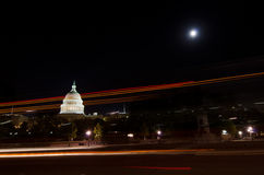 从街道在月光-华盛顿的美国国会大厦 免版税图库摄影