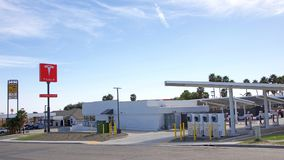 从街道的特斯拉超负荷的驻地视图在Kettleman市,加州 库存图片
