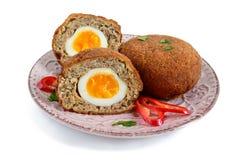从被充塞的切好的肉的水多的炸肉排煮沸了在一块陶瓷板材的鸡蛋 免版税图库摄影