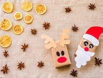 从被回收的纸的两个礼物盒在亚麻制背景用柠檬和香料 生态圣诞节 库存图片