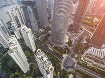 从被开发的上海市的飞行的寄生虫的顶视图空中照片有现代摩天大楼的 库存照片