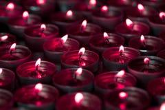 从被点燃的茶光烛光焰的鬼的blood red烛光 库存图片