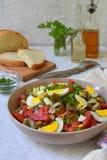 从被烘烤的茄子,葱,蕃茄,鸡蛋的沙拉,穿戴了与橄榄油和苹果醋在轻的背景 复制空间 图库摄影