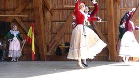 从西班牙的舞蹈家传统服装的执行在一个民间节日 影视素材