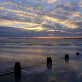 从西部Wittering海滩,西萨塞克斯郡,英国的秋天日落 库存图片