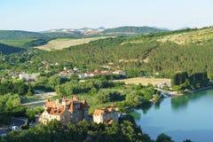 从观察台的看法Abrau杜尔索手段村庄的北边缘的在新罗西斯克市区  晒裂 库存照片