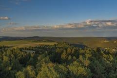 从观测塔Krasno的看法在Slavkovsky les山的夏天晚上 免版税库存照片