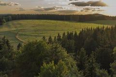 从观测塔Krasno的看法在Slavkovsky les山的夏天晚上 免版税库存图片