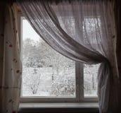 从视窗的视图在冬天。 莫斯科地区。 俄国。 免版税库存图片