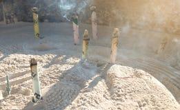 从许多抽在巨型香炉的燃烧的香火,在著名佛教寺庙Senso籍前面在浅草,日本 免版税库存照片