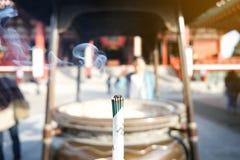 从许多抽在巨型香炉的燃烧的香火,在著名佛教寺庙Senso籍前面在浅草, burni的JapanClose 免版税库存照片