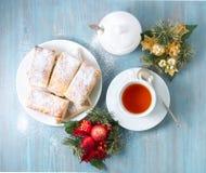 从豪华的无酵母的油酥点心的可口卷 用早餐与茶和自创蛋糕在早晨在圣诞节 库存图片