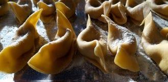 从贝加莫-意大利新鲜的面团特写镜头的传统自创意大利饺子Casoncelli 免版税图库摄影