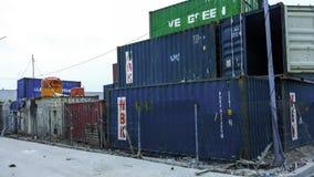 从货物货物船的容器箱子进出口的 在Sunda Kelapa港后勤指导方针的 免版税库存照片