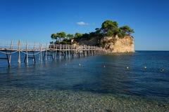 从贴水Sostis和有浮雕的贝壳海岛观看 有木桥的一个美丽的小海岛和绿松石浇灌 Zakynthos希腊 免版税图库摄影