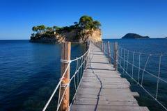 从贴水Sostis和有浮雕的贝壳海岛观看 有木桥的一个美丽的小海岛和绿松石浇灌 Zakynthos希腊 库存照片