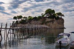 从贴水Sostis和有浮雕的贝壳海岛观看 有木桥的一个美丽的小海岛和绿松石浇灌 Zakynthos希腊 库存图片