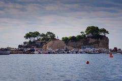 从贴水Sostis和有浮雕的贝壳海岛观看 有木桥的一个美丽的小海岛和绿松石浇灌 Zakynthos希腊 免版税库存照片